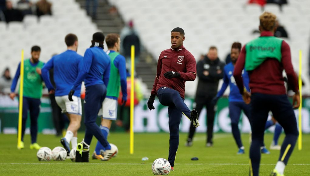 Xande Silva warms up for West Ham